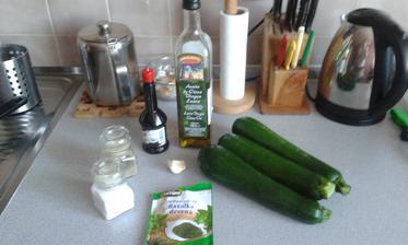 4.den - vecera, 5.den - vecera, 6.den - obed, zapekana cuketa, toto mam tri porcie, cuketa, bazalka, sol, korenie, sojova omacka, cesnak, olivovy olej a tvrdy syr na posypanie