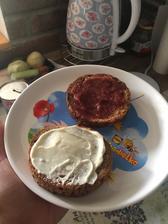 Penam bielkovinovy chlebík , proteinella a jahodovy dzem