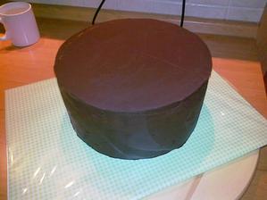 torta obmazana ganache a pripravena na potiahnutie