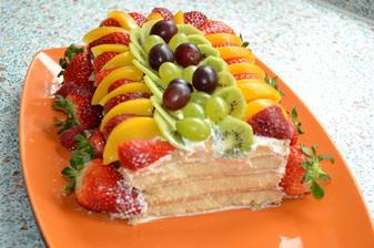 A takto vyzera v reze :) piskotovo-smotanova torta z dlhych piskot :).. do smotan som davala len vanilkovy cukor, ovocie neslo dovnutra..ale netradicne navrch a je to mnaaam.. :)