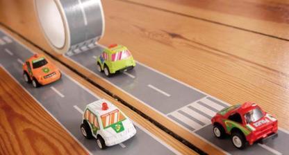 autodráha z lepiacej pásky - balenie obsahuje aj autíčko :)
