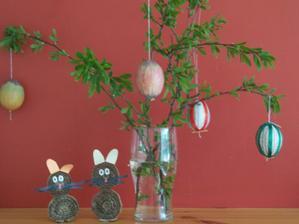 moji kartonovy zajacikovia a kraslice dekorovane voskovkami a stuzkami a novinovym papierom
