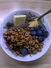 Coko ovsena kasa, cucoriedky , proteinove cereálie, biela coko s jahodami, arasidove maslo a topping