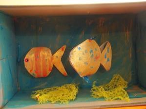 akvarium z boxu od topanok a rybicky z toaletnej rolky pre 3D efekt a sietka od ovocia akoze riasy