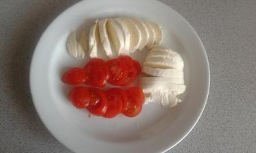 16.den - vecera. Mozzarella a rajciny.