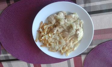 20.den - obed. Zelerove hranolky a dusene kuracie prsia /stehna/ na cibulke. Veeeeelka mnamka