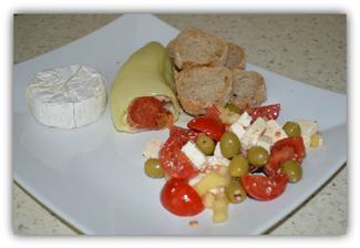 """Zapečená paprika plnená taveným syrom,šunkou a salámou+zeleninový šalát s balkanskym syrom....Jednoduché """"letné"""" papáničko....."""