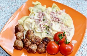 tortellini .. polotovar .))) spenatove s ricottou.. a paradajkove s mozzarelou myslim.. na to smotanova omacka so sunko-slaninkou a bazalkou :))) a nase milovane masove gulicky :))