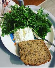 Cottage , rukola a bielkovinovy chlebík