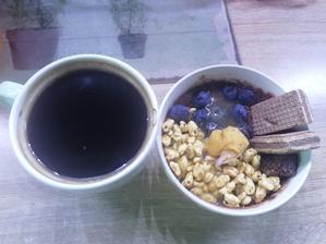 Coko proteinova kasa, medove cerealie, kokosovo vanilkove maslo, čučoriedky a kakaovo bananove rezy🥣