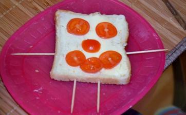 .. niekto ma bude mozno odsudzovat, ze dovolim dietatu hrat sa s jedlom.. ale ja len podporujem jej kreativitu... v tomto case mala v sebe uz vsetkych troch snehuliacikov a jeden chlebik.. +paradajky, olivky, cibulku..
