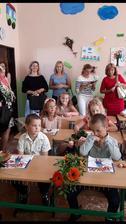 prvý deň v škole 3. september 2018 - Xenky sedí v lavici s kytičkou pre p. tr. učiteľku (foto mám od jednej z maminiek)
