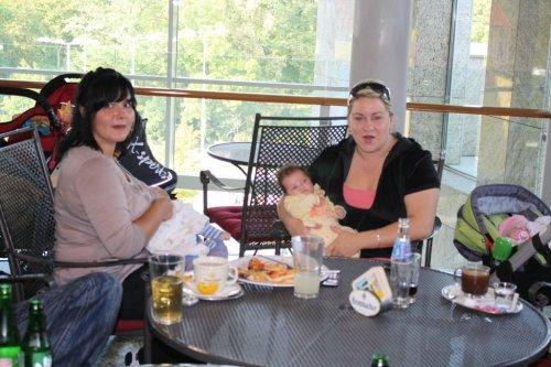 Lucimka s hladoskom Matikom a Zuzinaaa s malou Annmiskou :-)