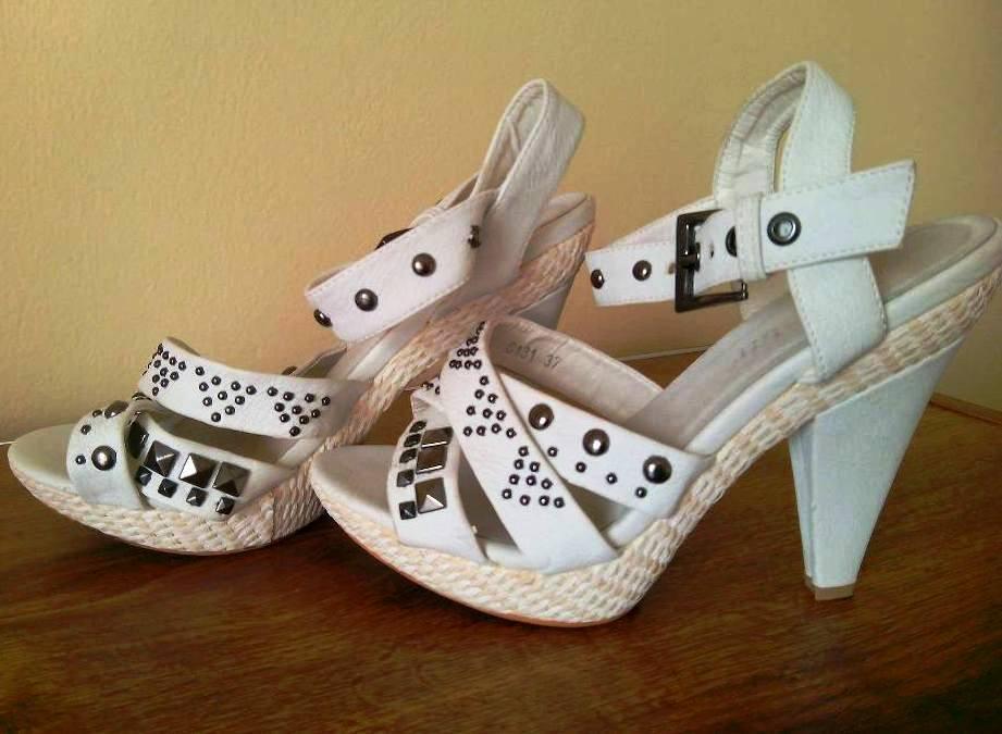 45f690339f20 Biele vybíjané sandále